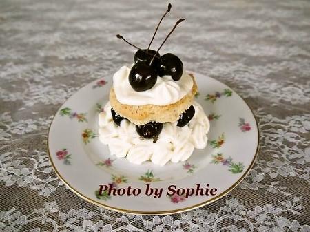 チェリーとホワイトチョコレートムースのショートケーキ